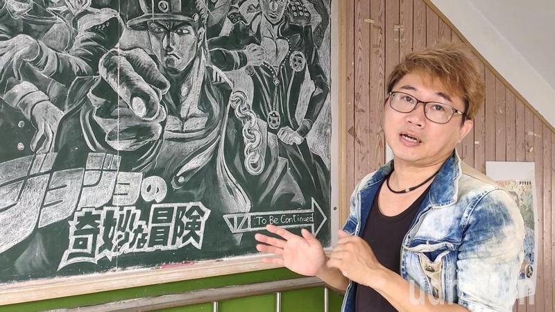 明倫國中美術班教室外牆設置一塊黑板,美術老師蔡育其為鼓勵學生大膽揮筆,拋磚引玉先開畫,也讓黑板成為師生創作交流園地。記者林宛諭/攝影