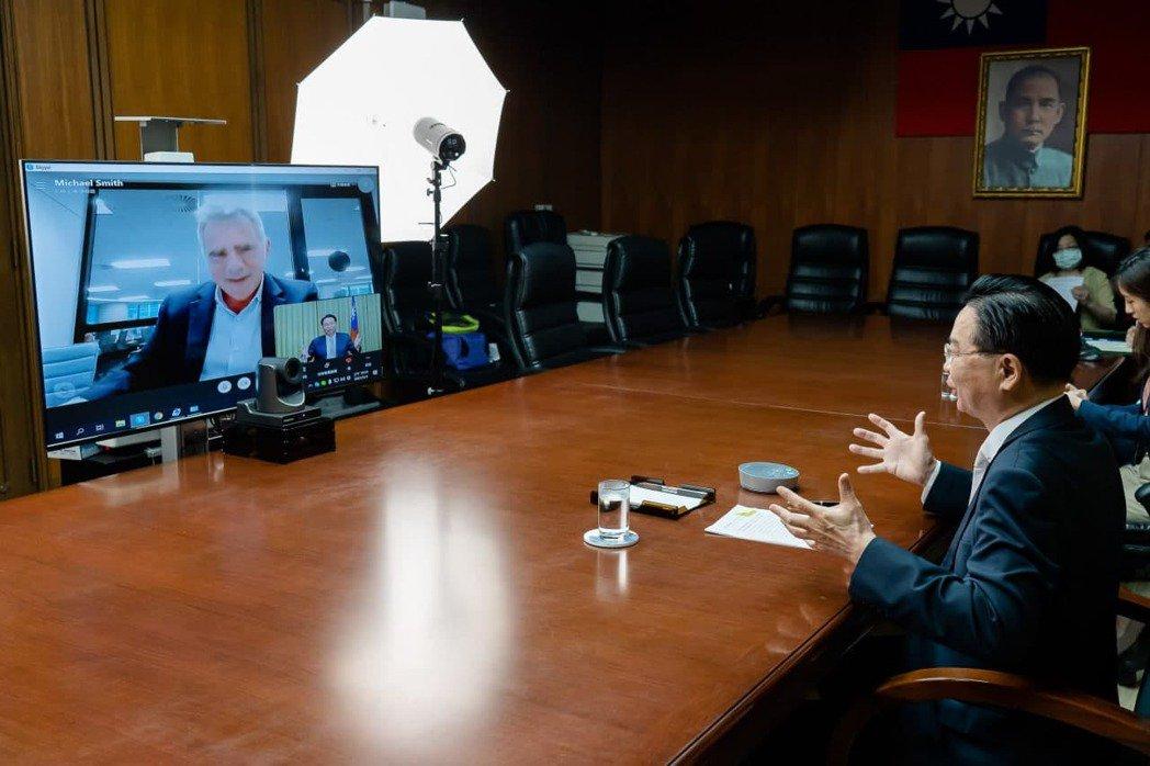 外交部長吳釗燮接受澳洲金融評論報專訪。圖/外交部提供