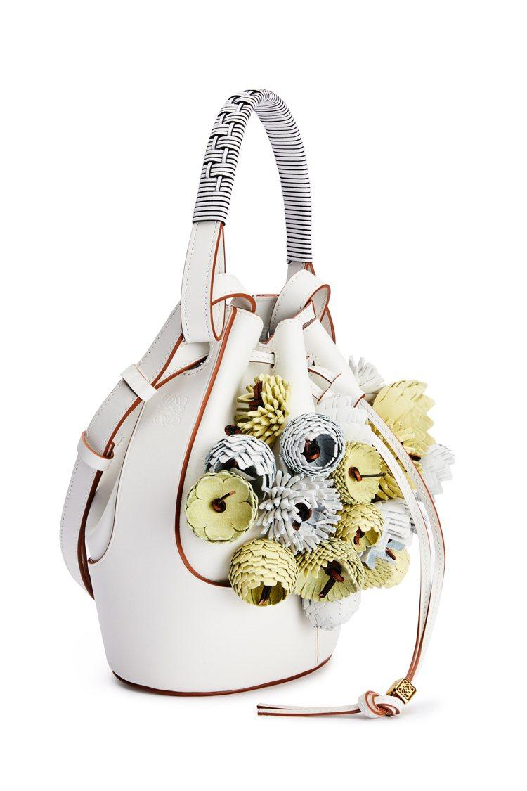 Balloon包款也有皮革編織的立體花飾。圖/LOEWE提供