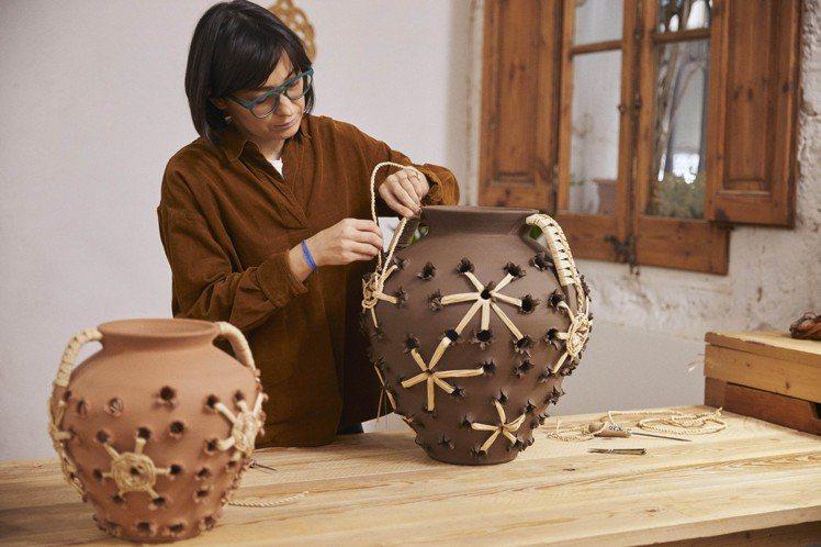 西班牙工匠Belen Martinez是LOEWE Weaves系列陶瓶創作者之...