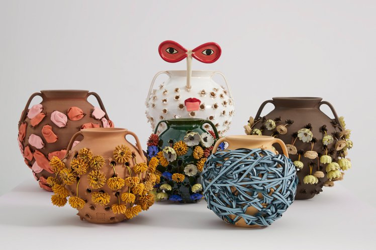 LOEWE工匠和藝術家共同發揮創意,讓陶瓶穿上布條、絲帶、繩索、皮繩、羊毛線、稻...