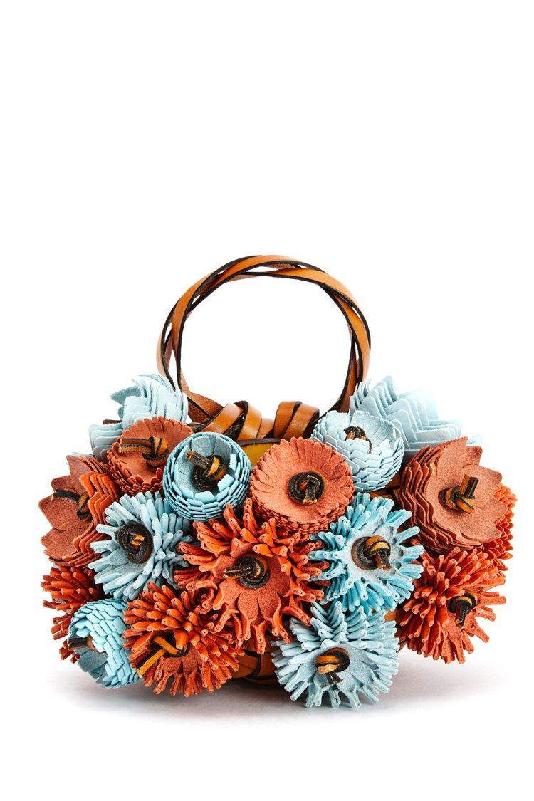 小提包是滿滿的手工編織皮革花卉,飽滿而精緻。圖/LOEWE提供