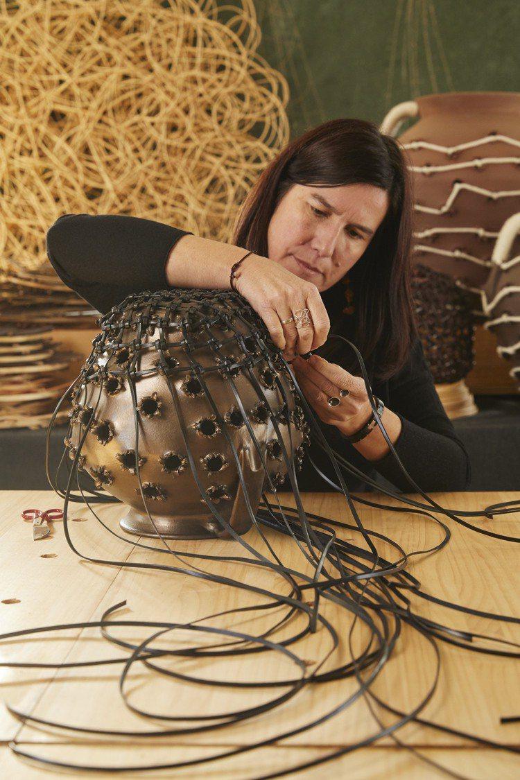西班牙工匠Idoia Cuesta加入LOEWE Weaves創作系列。圖/LO...