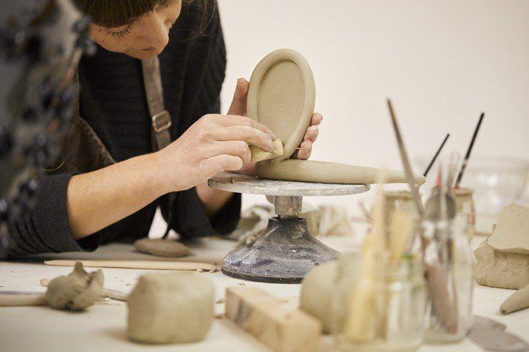 西班牙Laia Arqueros的作品在質樸中充滿了趣味感。圖/LOEWE提供