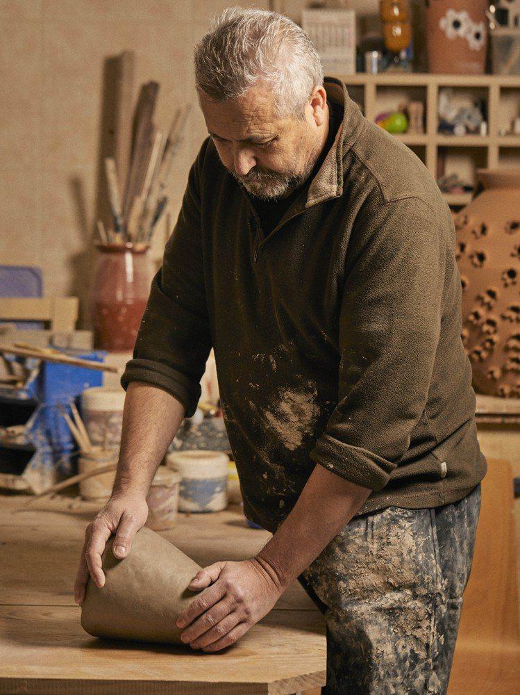 LOEWE Weaves系列基礎的陶瓶來自西班牙陶藝大師Antonio Pere...