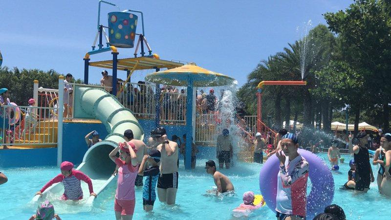 花蓮知卡宣公園親水設施每年夏季免費開放,吸引大批人潮,縣府決定明年起收費。圖/報系資料照片