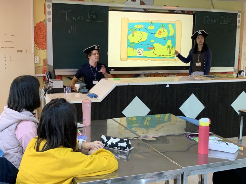 近年政府大力推動雙語政策,各縣市推出英語體驗課程,也開始在體育、美術、生活科技等非「學科」領域開出雙語教師缺。記者趙宥寧/攝影