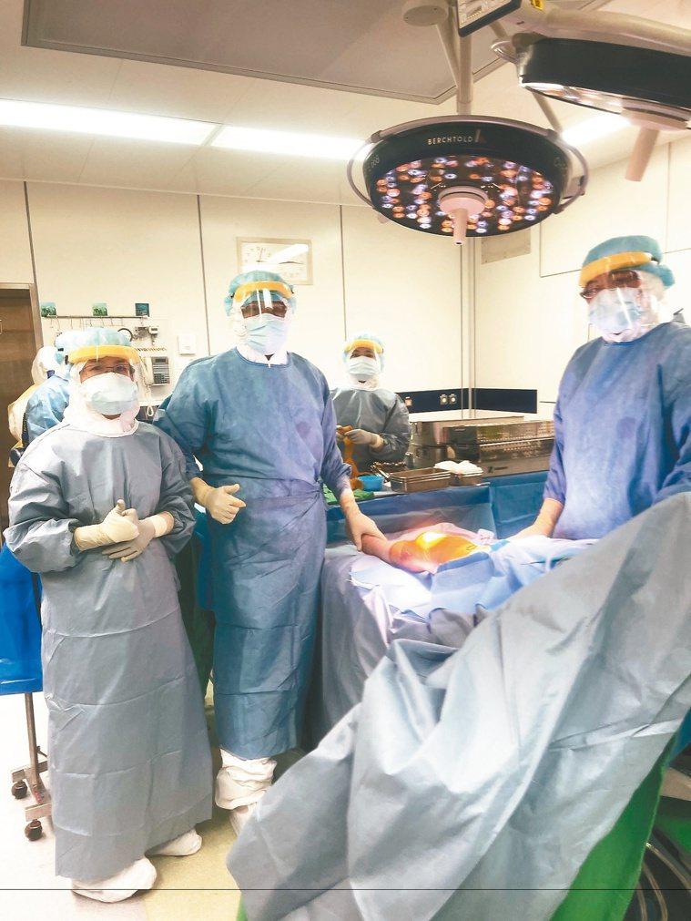 在負壓手術室為患者手術,得穿防護衣、隔離衣、N95口罩及面罩,加上骨科開刀需要電...