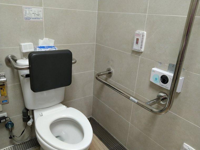 為讓阿嬤能處於一個安全的生活空間,無論是在浴室或是家中阿嬤習慣行走的路徑,都為她...