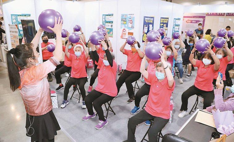陳又菱老師在現場教大家利用瑜伽彈力球與彈力帶運動,增肌防跌。記者黃義書/攝影