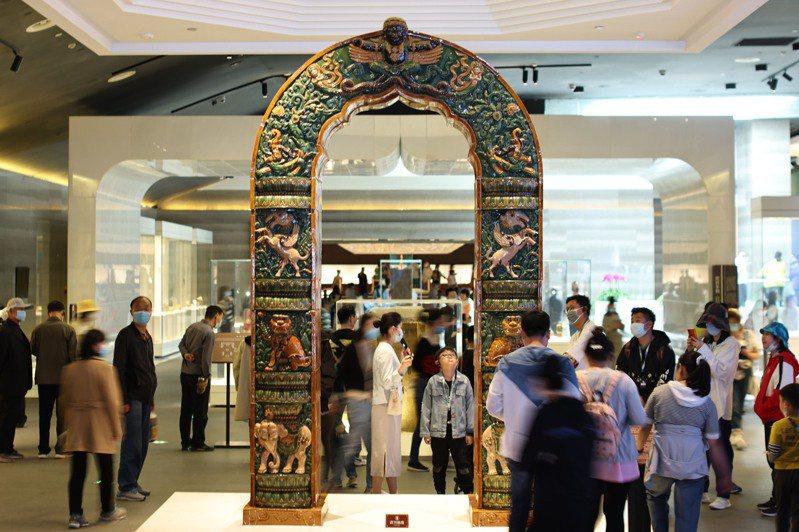 大陸文化和旅遊部數據中心測算,2021年「五一」假期,大陸國內旅遊出遊2.3億人次,同比增長119.7%。圖為「五一」假期期間,民眾在南京大報恩寺遺址景區內參觀。 (中新社)