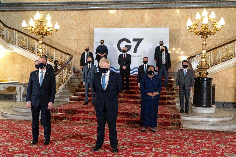英國首相強生(中)五日和參加七大工業國會議的各國外長,在倫敦合影。(法新社)