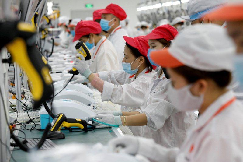 美中貿易戰以及疫情,促使全球區域化供應鏈成型,包括鴻海、華碩、仁寶都在越南重啟布局。圖為越南Vingroup集團在河內近郊的工廠。(路透)
