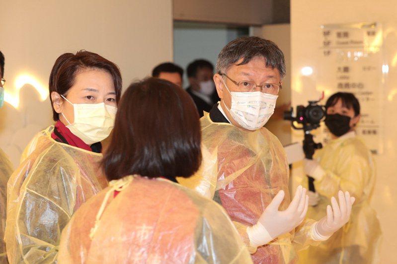 台北市長柯文哲(右)與副市長黃珊珊(左)昨晚視察防疫旅館,了解防疫旅館入住人員的防疫步驟與送餐等內部作業。記者蘇健忠/攝影