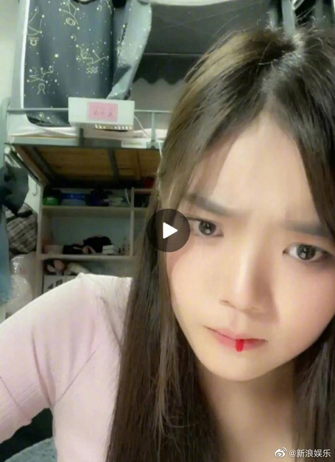 劉麗千在直播過程中突然出現吐血情況。 圖/擷自微博