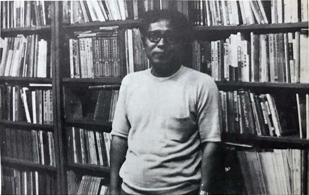 呂炳川在自家書房。李哲洋描述呂炳川擁有的書刊之多,其藏量為他個人藏書的十數倍,相當令人驚異。 圖/翻拍自1977年6月《全音音樂文摘》第6卷第6期