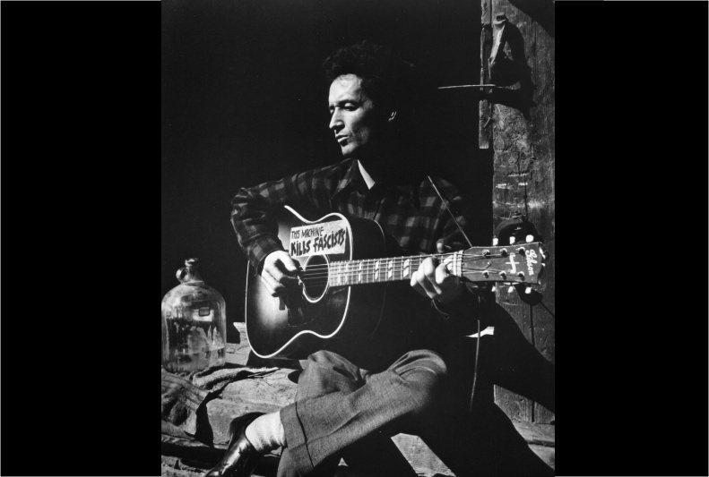 伍迪.蓋瑟瑞在他的吉他上寫著:「這把吉他,會殺死法西斯主義者」。 圖/路透社