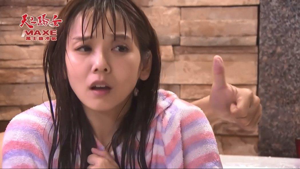 陳志強與張靜之在浴缸裡拍戲,用手指比出生理反應。 圖/擷自陳志強IG
