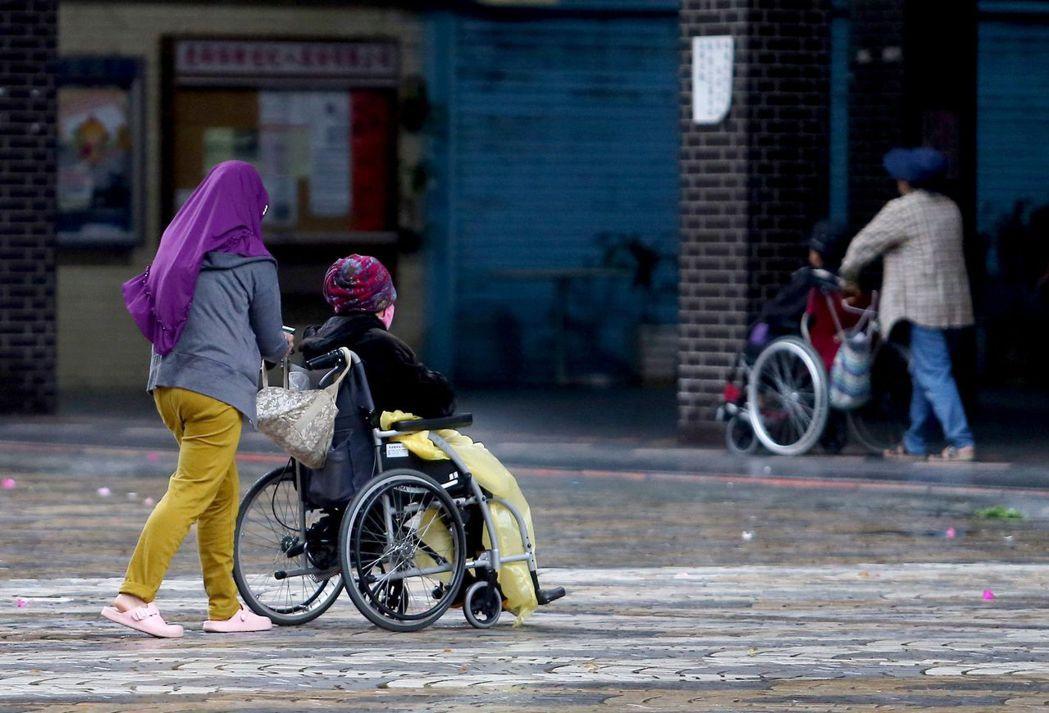 在疫情後,因為外籍移工進入台灣提供服務的限制條件增加,有越來越多移工由家庭看護轉職到產業工作,甚至選擇逃跑打黑工。示意圖。 圖/聯合報系資料照