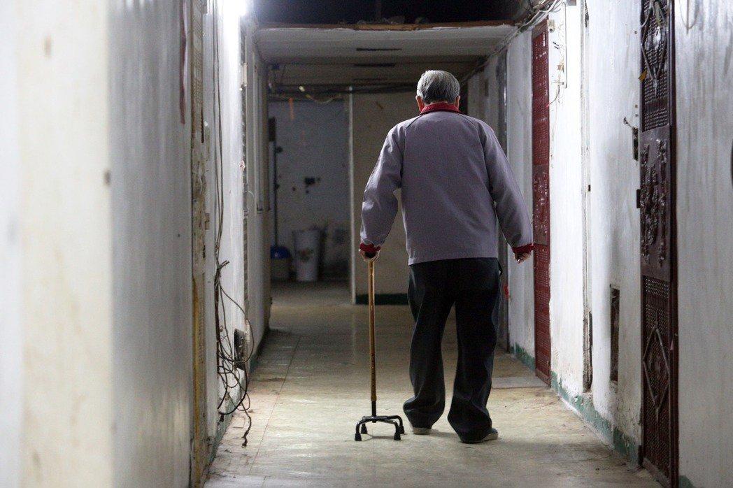 因為高齡化帶來的失能或失智個案正逐年快速增加,現階段的居服員人數連這樣的需求都無法跟上,更何況要再去補足外籍家庭看護工的服務缺口。示意圖。 圖/聯合報系資料照