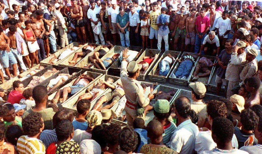 圖為1993年21死的Vigário Geral貧民區大屠殺。 圖/法新社