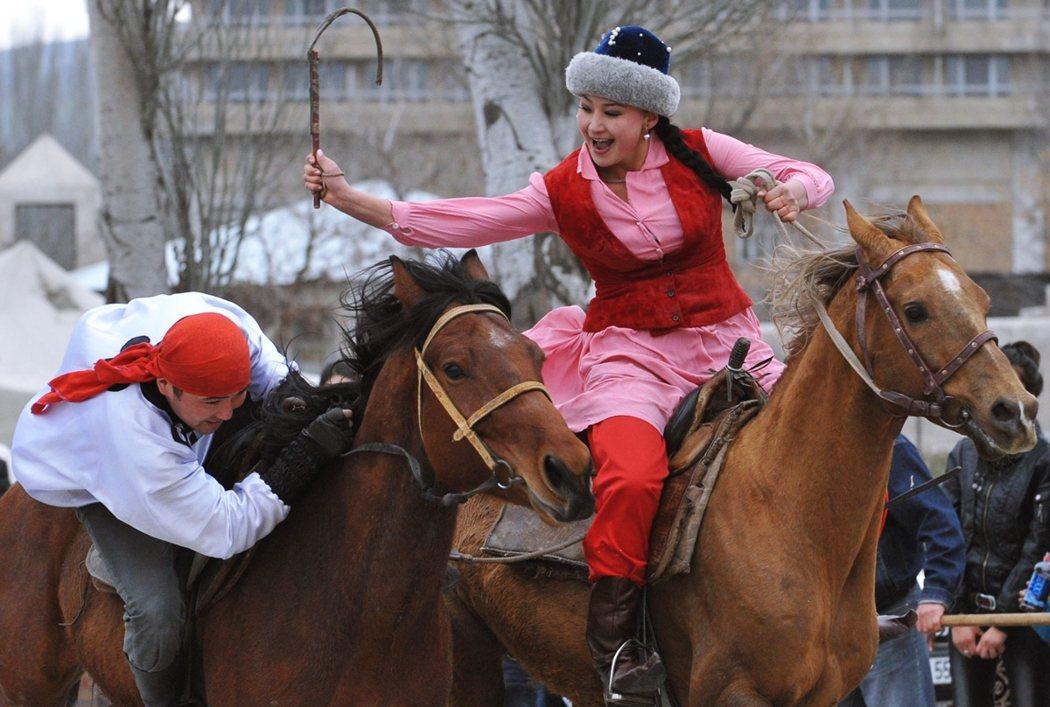 吉爾吉斯的另一項傳統習俗「姑娘追」(Kyz kuu),在哈薩克、亞塞拜然等中亞國...