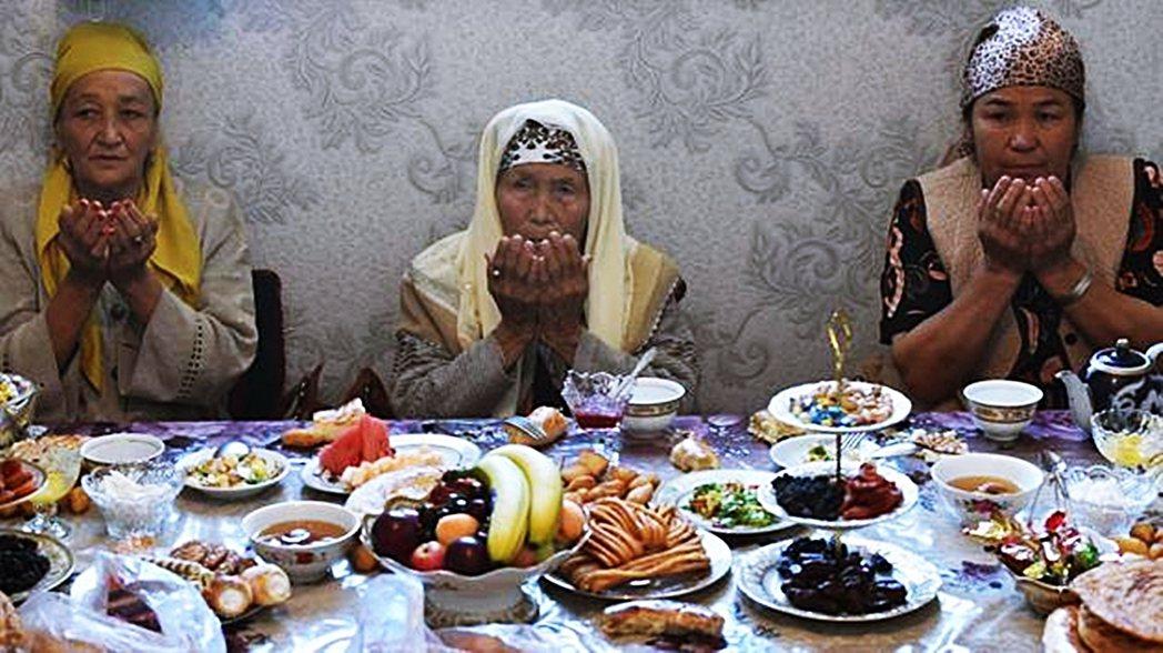 示意圖,吉爾吉斯傳統結婚宴席上的親戚。 圖/法新社