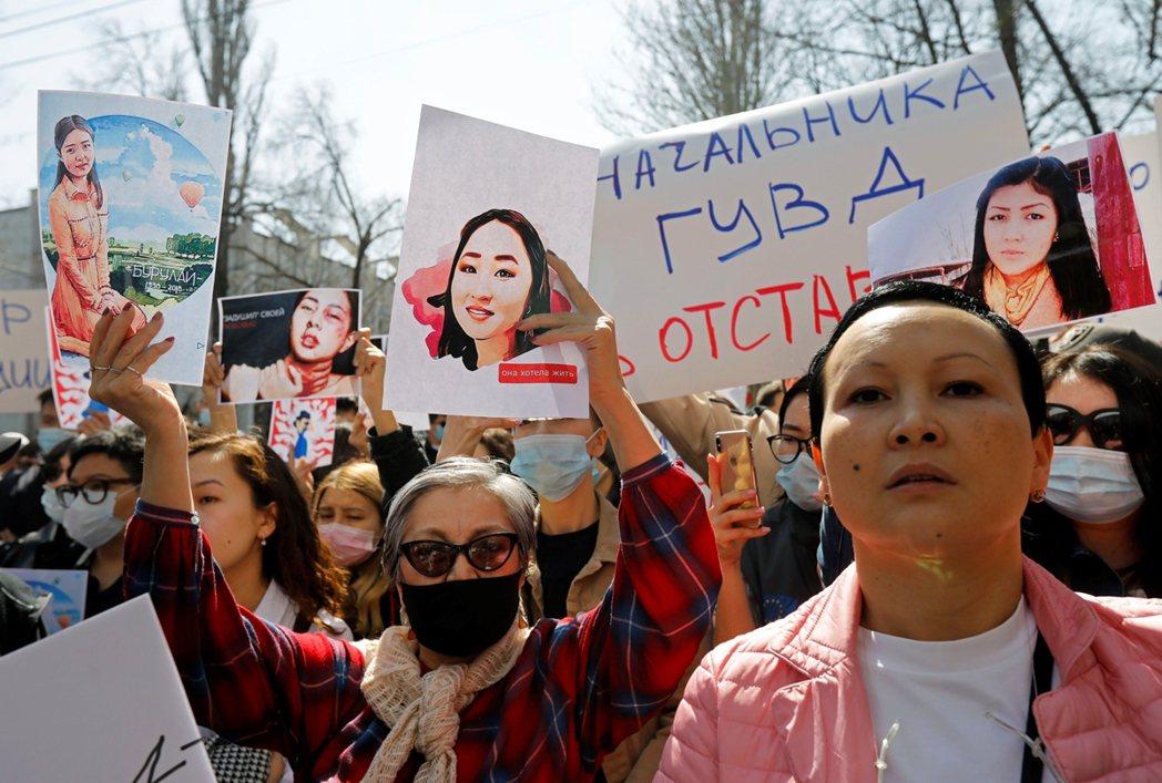 艾札達死後,大批群眾上街聲援。 圖/路透社