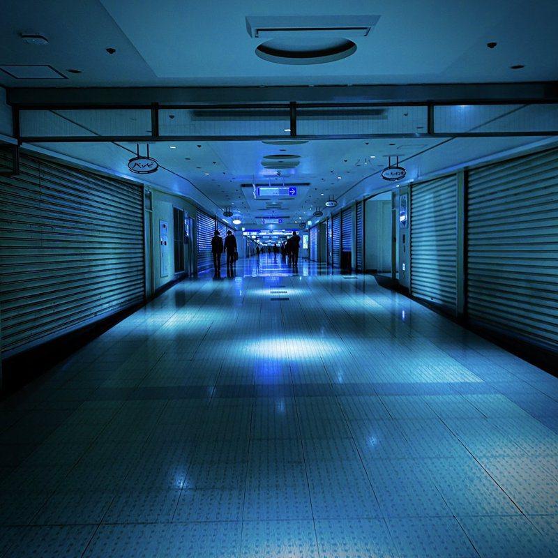 日本新宿因為「緊急事態宣言」,店家紛紛關閉,在昏暗的燈光下呈現出有如恐怖電玩般的場景。圖擷取自twitter