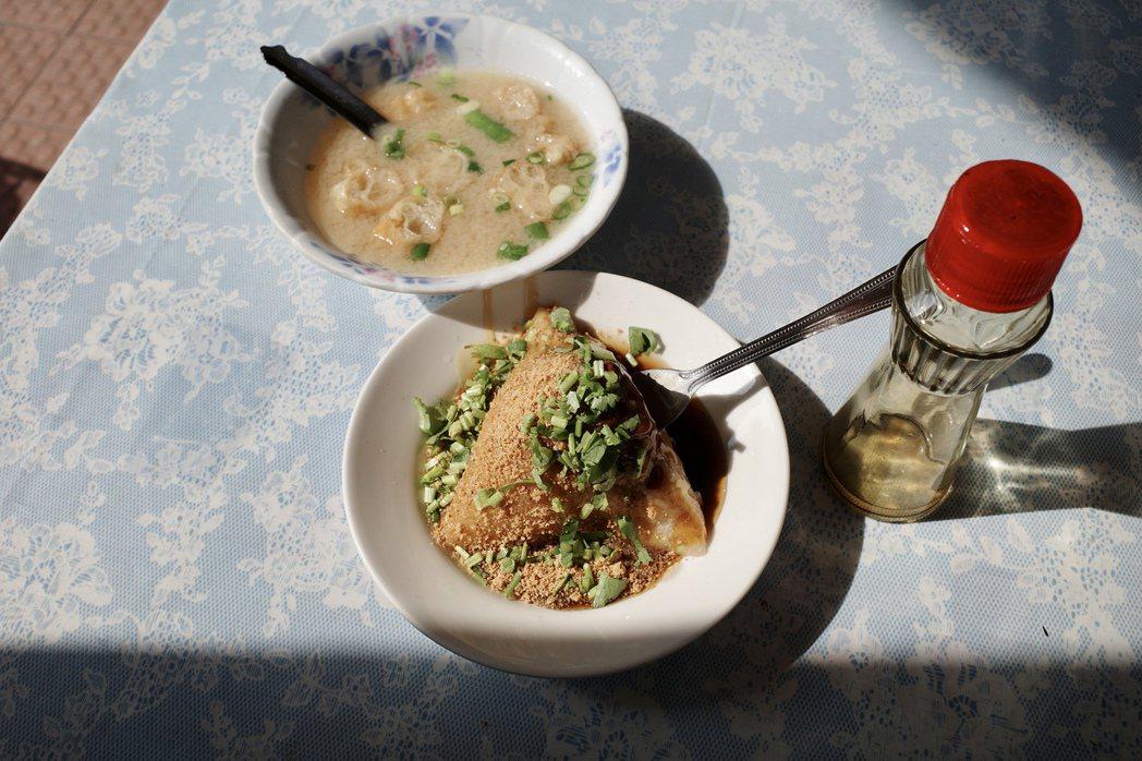 滴上幾滴香油,凸顯了菜粽米粒中的月桃葉香氣。  圖/黃怜穎攝影