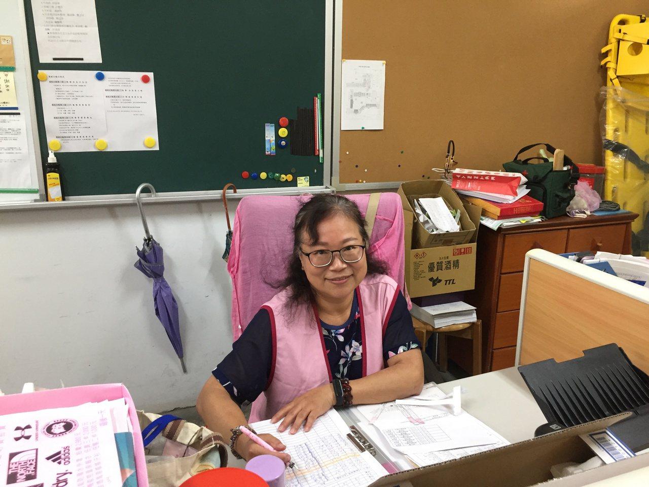 陳淑卿在福和國中擔任12年的保健室志工,她說,哭泣會讓全身肌肉緊繃,傷口也會更痛...