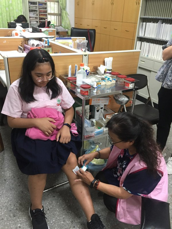 陳淑卿在福和國中擔任12年的保健室志工。 圖/福和國中提供