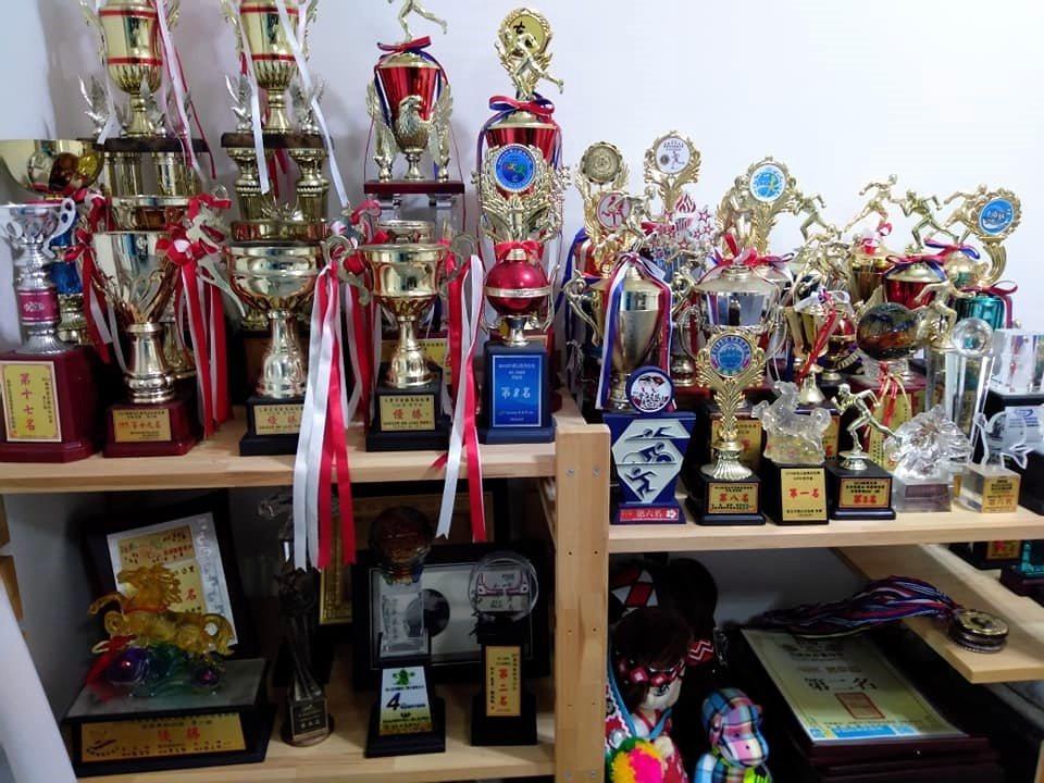 花蓮慈濟大學教授王文柄征戰馬場10多年,參加300場經過認證的賽事,獲獎無數。 ...
