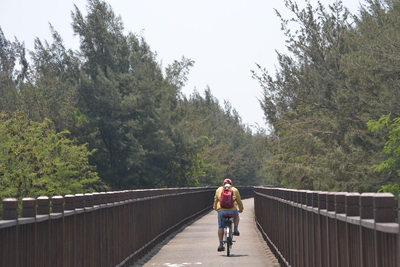 台南市黃金海安單車道,是南區旅遊重要路線。 圖/鄭惠仁 攝影