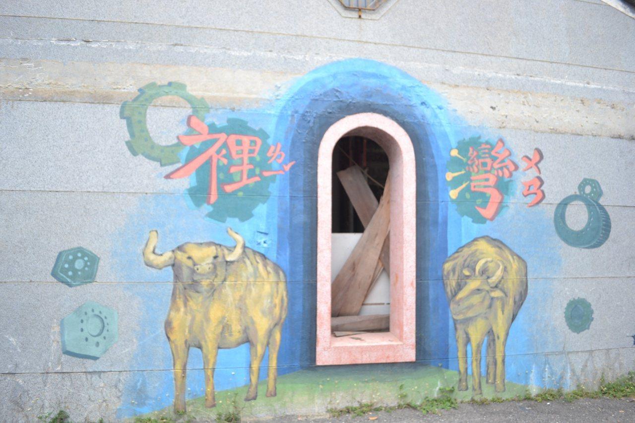 台南市南區灣裡超峰寺旁民宅牆壁有彩繪塗鴉,添增老屋活力。 圖/鄭惠仁 攝影