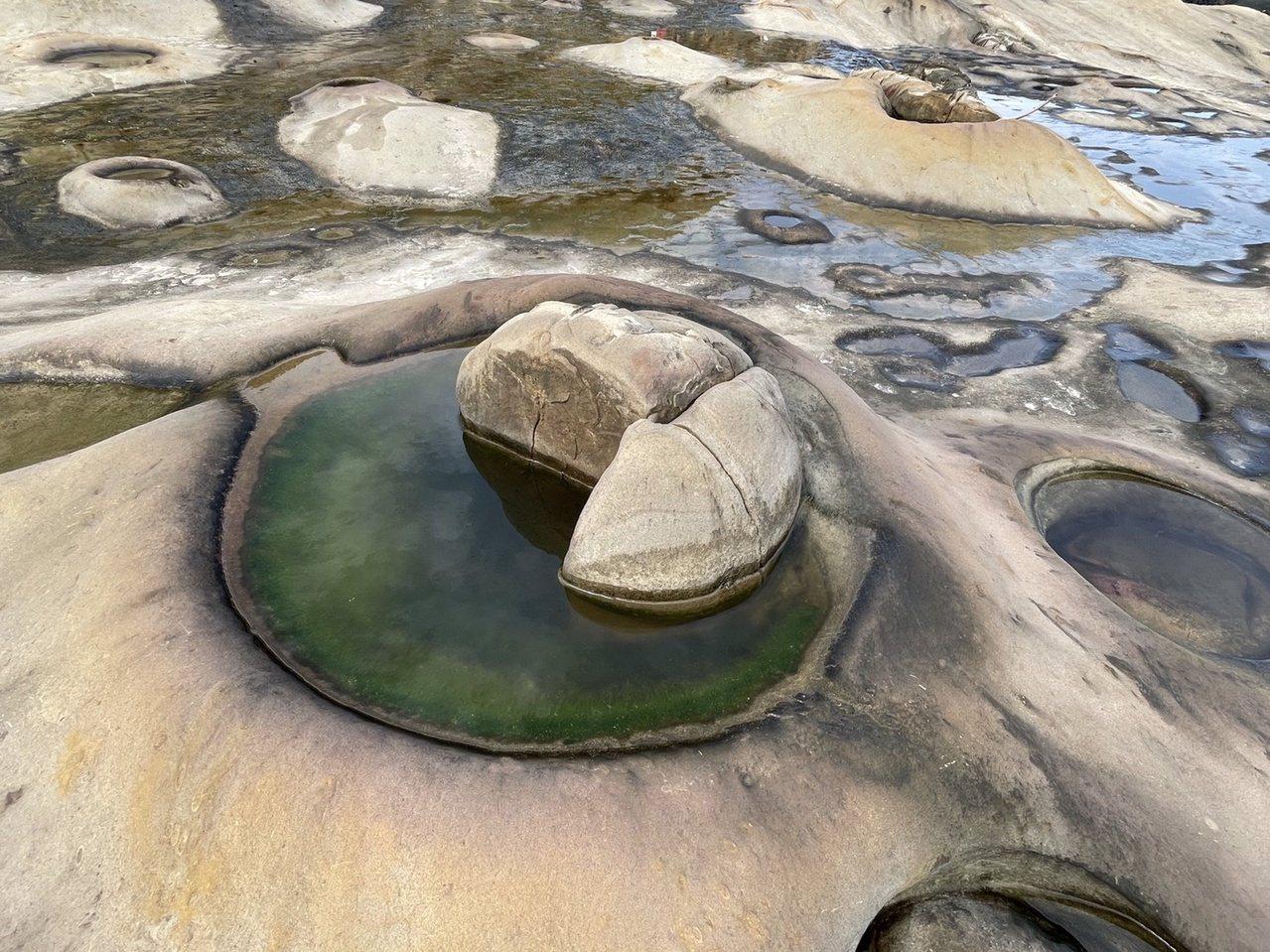 野柳「女王的祕密花園」塵封多年後開放,一塊塊凹陷的「溶蝕盤」,就像是調色盤一樣。...