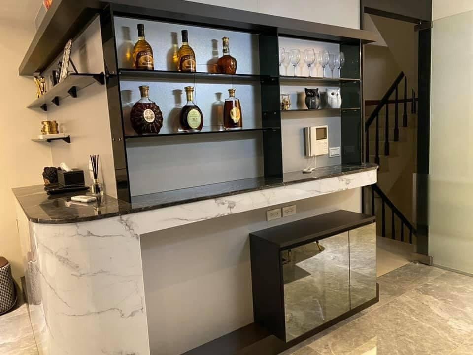 家中的收納櫃擺放整排洋酒。 翻攝自/MEIMO 蘭庭精品