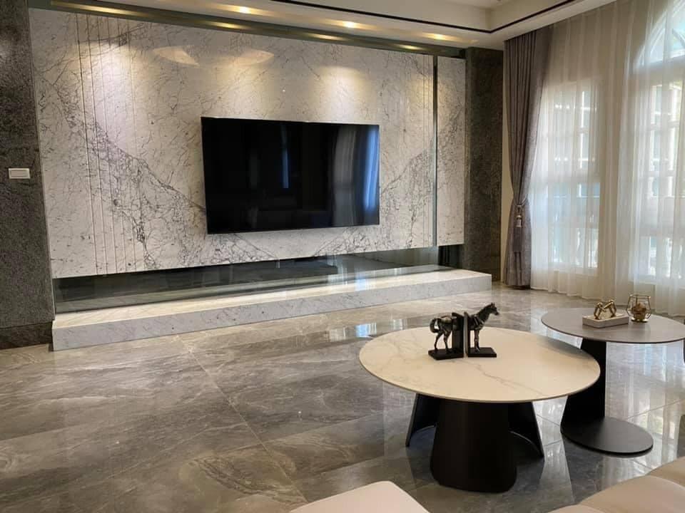 電視牆也是選用大理石材質。 翻攝自/MEIMO 蘭庭精品