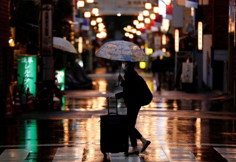 日本首相菅義偉7日傍晚召開記者會宣布,原本實施至本月11日的四都府縣緊急宣言將延長至本月底,並擴大納入福岡縣與愛知縣。 路透社