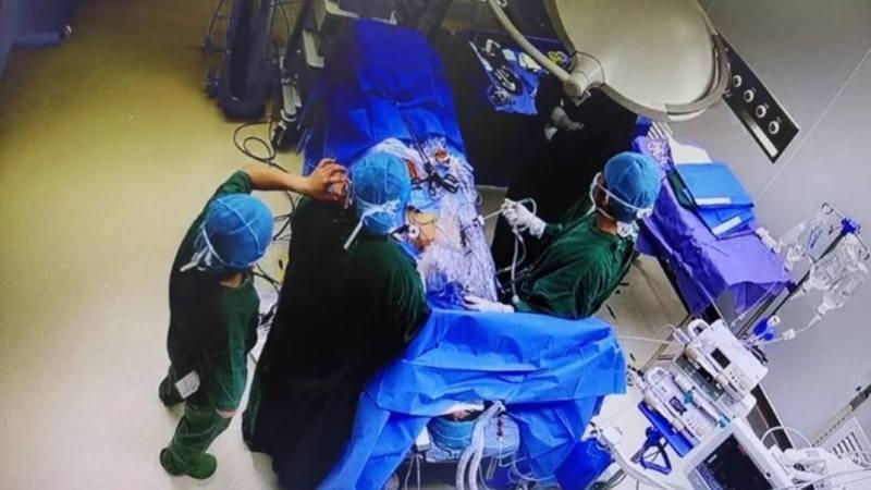 圖為手術室的監控錄像畫面。圖/南方都市報