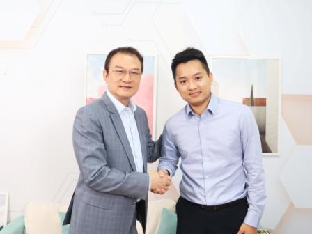 理財周刊發行人洪寶山(左)、Jasper的手機當沖世界創辦人劉家誠(右)