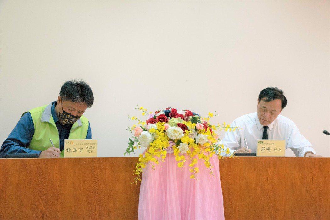 萬能科大校長莊暢(右)與手信坊企劃部處長魏嘉宏簽署產學合作意向書。 萬能科大/提...