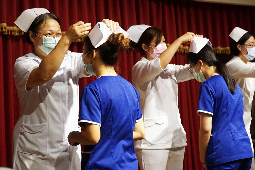 大葉大學護理系加冠典禮,賦予責任、傳承使命。 大葉大學/提供。