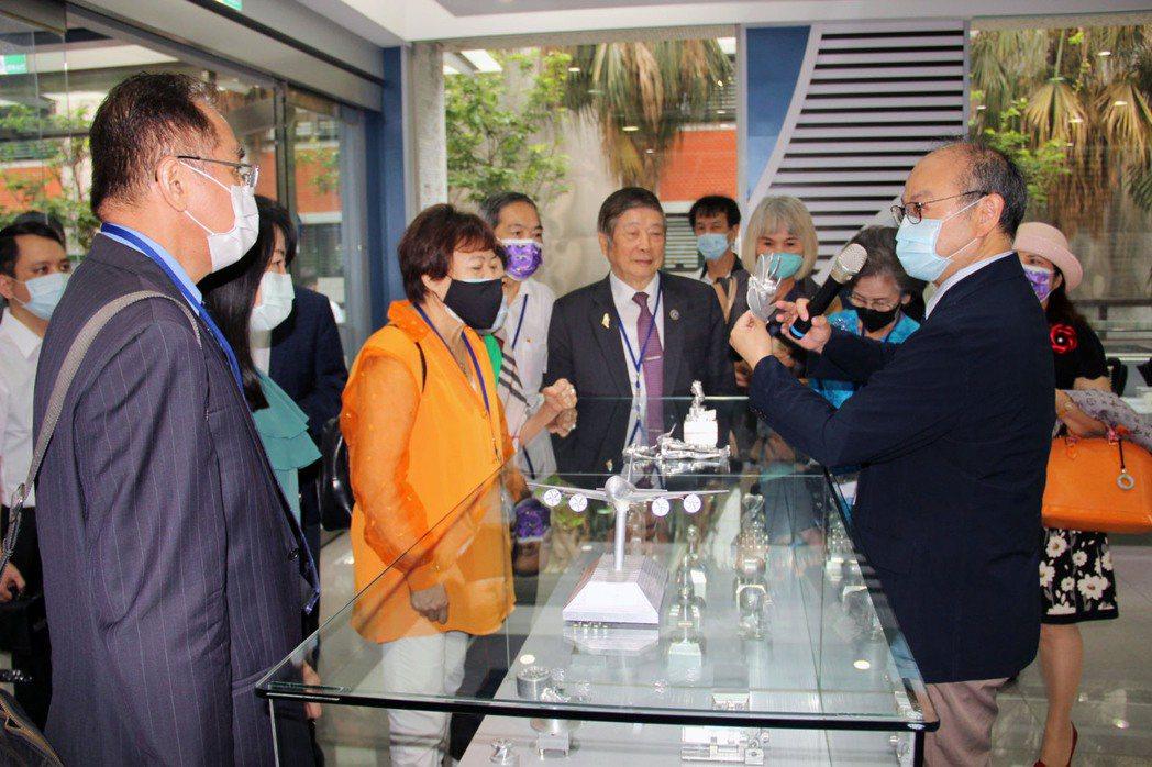 亞洲台灣商會參訪龍華科大創意成型中心。龍華科大/提供