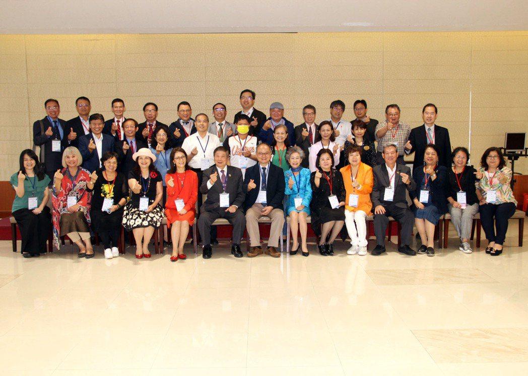 亞洲台灣商會聯合總會參訪團一行合影。龍華科大/提供
