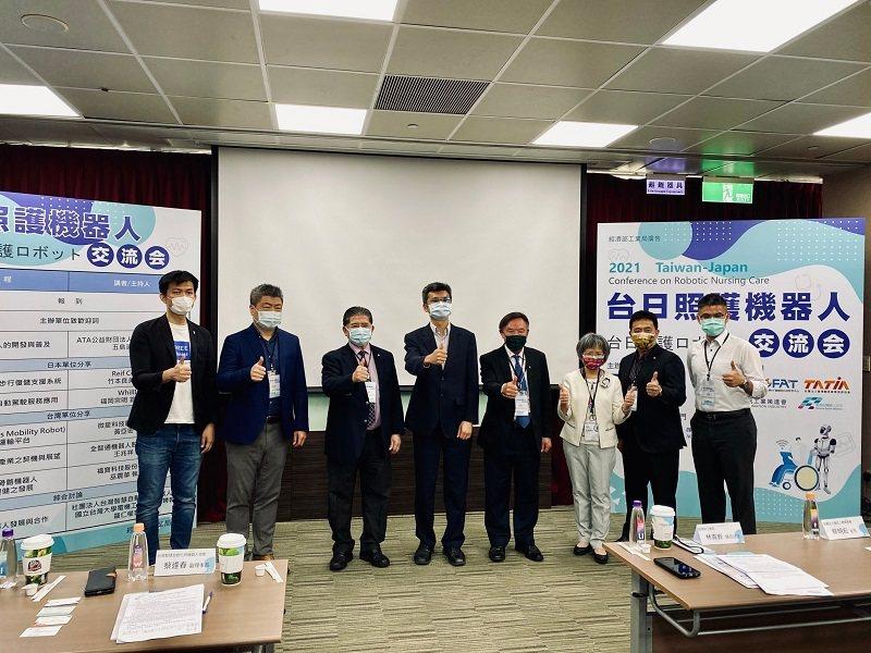 2021台日照護機器人交流會與會:福寶科技執行長巫震華(左起)、資策會主任蔡明宏...