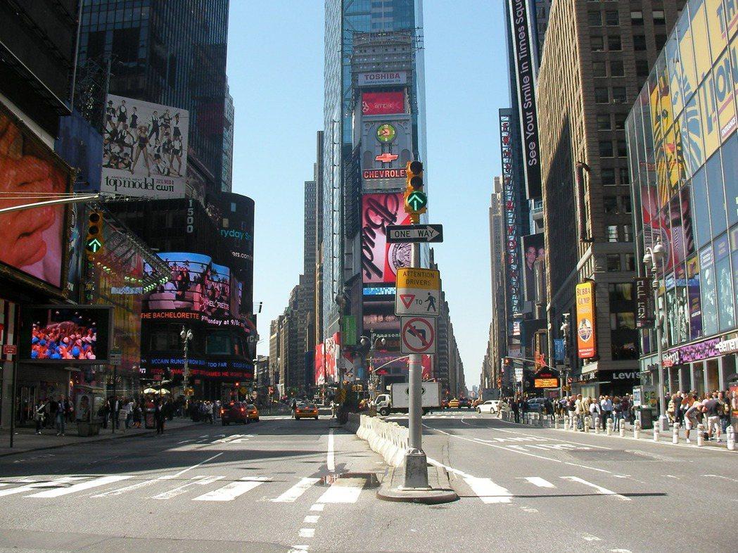 世界各國城市中軸大道都是豪宅聚落,美國紐約曼哈頓第五大道(Fifth Ave)兩...