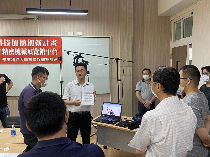 計畫主持人數媒系李家豪老師現場展示虛擬實境設備儀器及交流後續合作模式。 嶺東科大...