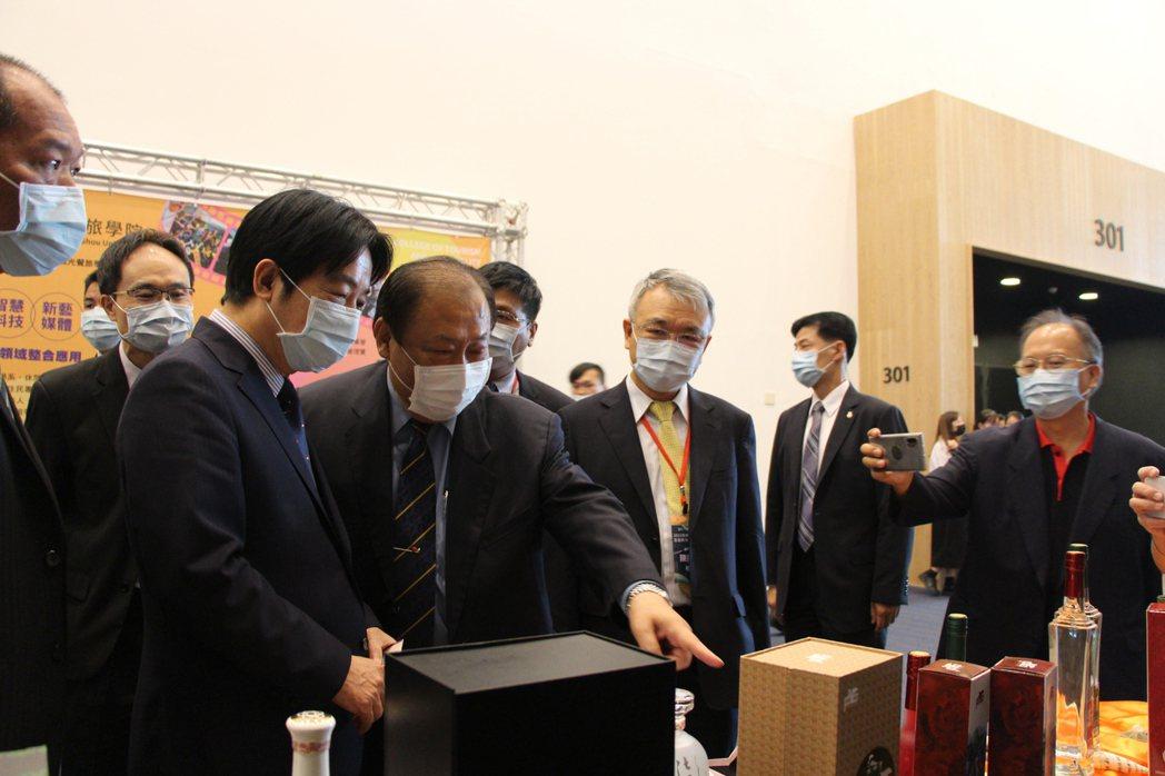 副總統賴清德(左)到場支持研討會,強調後疫情時代下的5G+AIoT和觀光餐旅整合...