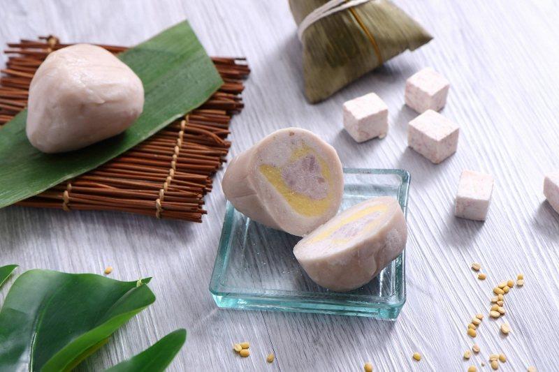荔蓉綠豆沙粽,主廚自製豆沙餡,加入蜜芋頭豐富口感,外皮則是用糯米加入芋頭所製成,...